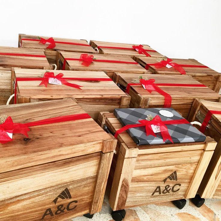 Hermosas hieleras, cargadas de regalos y hechas con mucho amor. Marcadas con el logo de la empresa que las va obsequiar. #regalosconamor #bucaramanga #hechoamano #agujaenelpajar #navidad #diciembre #regalosempresariales  pedidos 3157823268