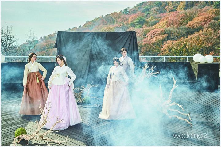 남산을 배경으로 펼쳐진 3인 3색의 아름다운 전통한복 1