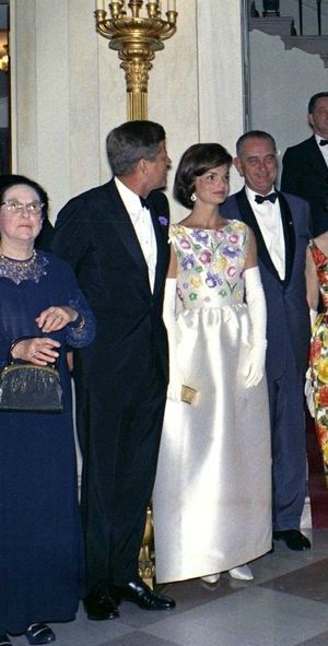 JFK and Jackie.........WHO LOOKS ABSOLUTELY LOVLEY .............ccp