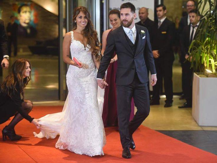 Messi y Antonella posan en la alfombra roja. El vestido de la novia perfecto y el jugador lució realmente elegante. Fotos: AFP/ AP