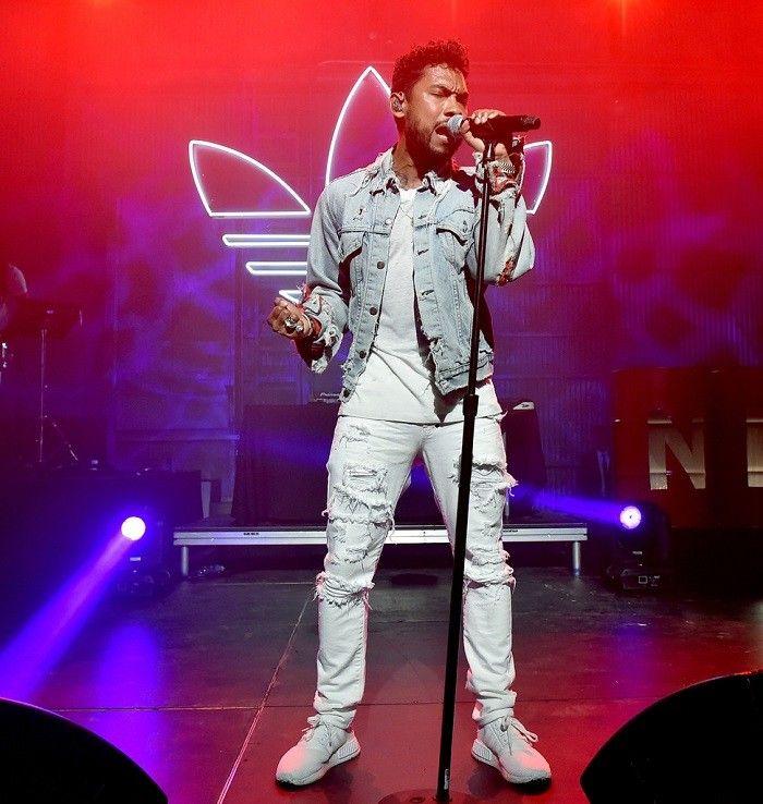 """Ett stort problem många har med vita jeans är att man känner sig allt för uppklädd och """"stekig"""" i dem. Gör som soulstjärnan Miguel och bär dina vita jeans trasiga tillsammans med jeansjacka i sommar."""