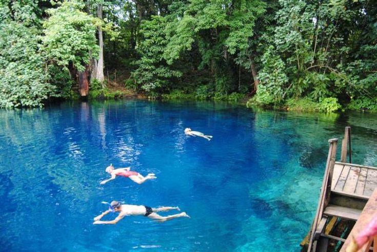 Divulgação - Conhecido como um dos buracos azuis mais espetaculares de Vanuatu, o Nanda Blue Hole é uma piscina cercada por floresta verde, que harmoniza com o azuldas águas.