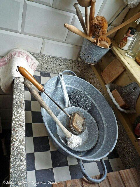 Het teiltje met afwaskwast en zeepklopper. Sunlight zeep werd ook voor haar wassen gebruikt en nagespoeld met azijn
