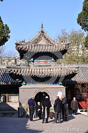 This is the mosque in Niujie, Beijing, the picture on the people are the foreign travel to Beijing Hui people, they came here, talking about what, with their own national language, we can not understand.