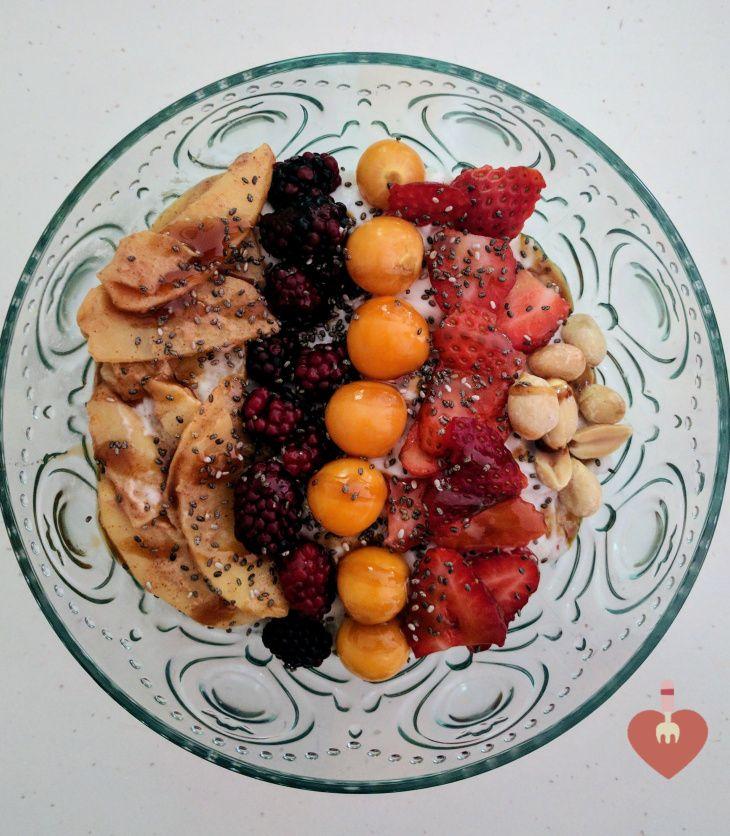Bowl de avena y yogurt griego saludable, ideal para desayunos