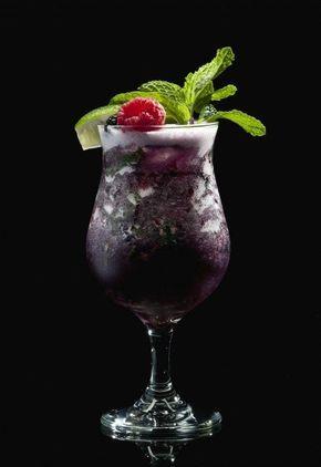 Midnight Mojito Ihr braucht (für 1 Glas): 12 dunkle Beeren, z.B. Brombeeren oder Blaubeeren 6 Blätter frische Minze 1 TL brauner Zucker 8 cl weißer Rum 3 cl Zuckersirup 1 Schuss Mineralwasser Eiswürfel zum Shaken Crushed Ice fürs Glas 1 Limettenscheibe & 1 Zweig Minze & 1 Beere für die Deko