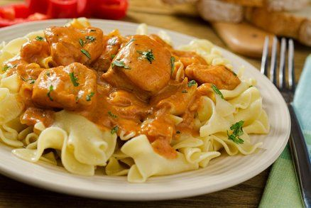 Kuře na paprice je lepší než květina. Tvrdí to Zdeněk Pohlreich ve své kuchařce Šéf na smetaně. Proč? Domácím kuřetem na paprice neurazíte snad nikoho, kdo není vegetarián nebo vegan. Základem jsou ale dobré suroviny. Na smetaně proto rozhodně nešetřete.