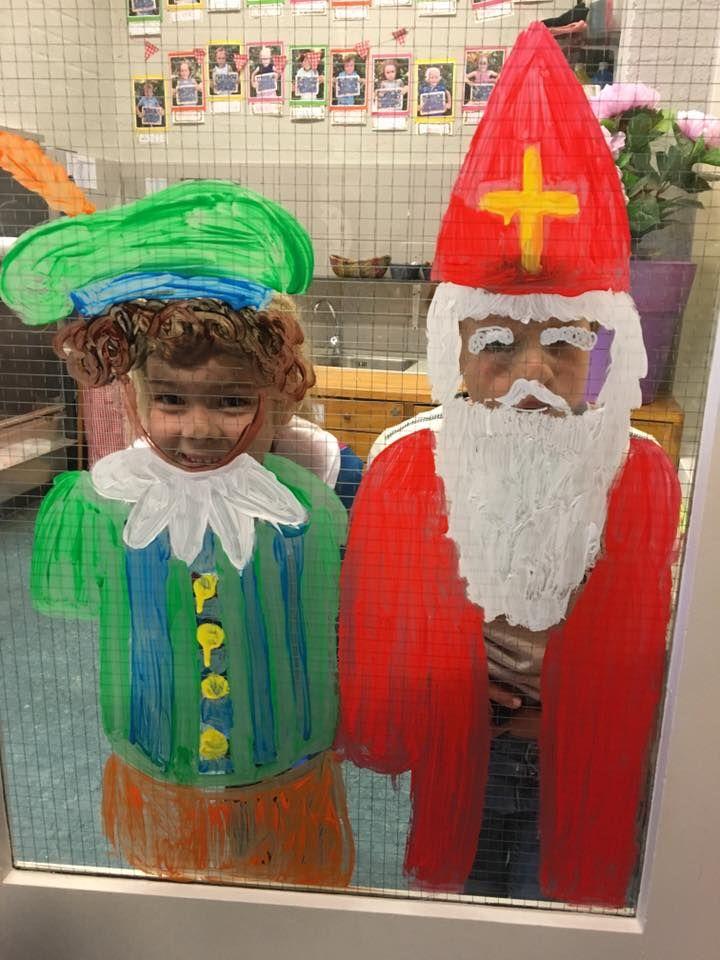 Sint en Piet op de deur schilderen
