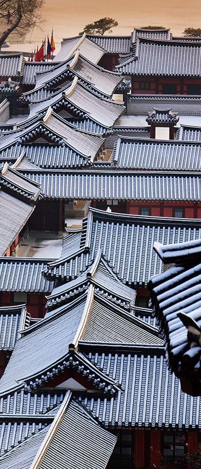 지붕을 완벽하게 만들기 위한 노력에서 건축술이 발달해 왔다고 말할 수 있을 정도로 한옥에서 지붕은 가장 중요한 위치에 있다. 한옥의 지붕은 공간이 하늘을 만나는 방법을 보여주며 한국 목조건축에서 가장 아름다운 기술을 만들어 내야 하는 부분이기도 하다. - 월간 문화공간 중