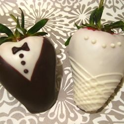 Learn how to make the perfect wedding chocolate dipped strawberries in this step-by-step tutorial.