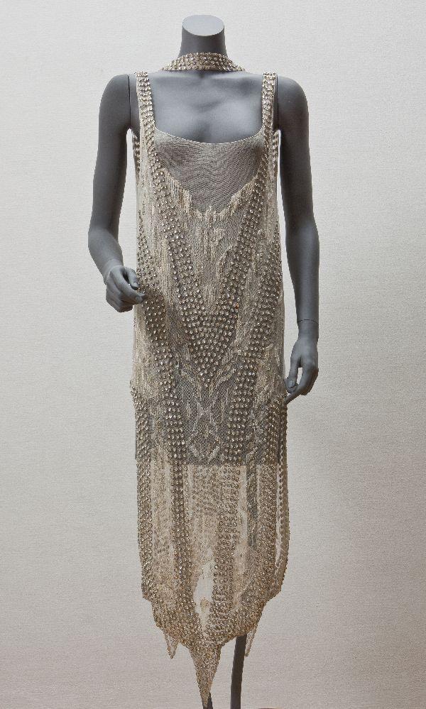 Callot Soeurs (modehuis) (Avond)jurk van grège tule geborduurd met strass en witte kralen met smalle, losse ceintuur Paris 1920-1924 katoen zijde glas kunststof Gemeentemuseum Den Haag: 0322376