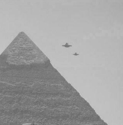 https://s-media-cache-ak0.pinimg.com/736x/8a/71/5e/8a715eb3817a6e6b8895abce8de50894--flying-saucer-oculto.jpg