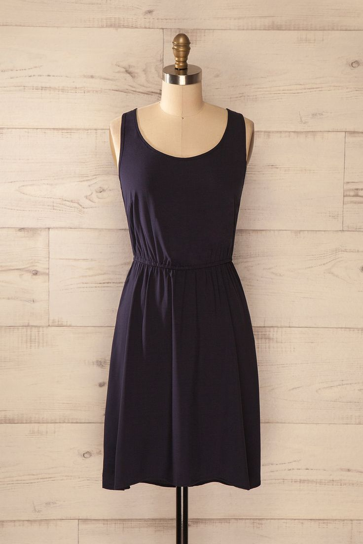 Les accessoires les plus ludiques égaieront cette robe toute simple. Some playful accessories will brighten up this simple dress. Navy blue sleeveless dress www.1861.ca