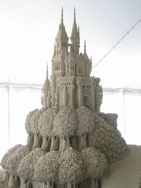 Ceci est un chateau de sable d'environ 10 pieds de haut. Cette sculture fût crée par des Italiens (Valentino Maurizio et Alessandro Buonopane) et ils ont gagné le prix du public à l'expo de Québec.