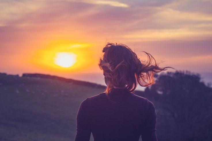 Mon réveil est réglé sur la chanson «Happy» dePharrell Williams. Il est impossible de ne pas sourire quand on entend cette chanson. Ceci, ainsi que les autres habitudes ci-dessous, donne le ton pour une journée dynamique, heureuse et en pleine forme. 1.Buvez un verre d'eau dès vous vous réveillez Cela réhydrate votre corps, réveillevotre système …