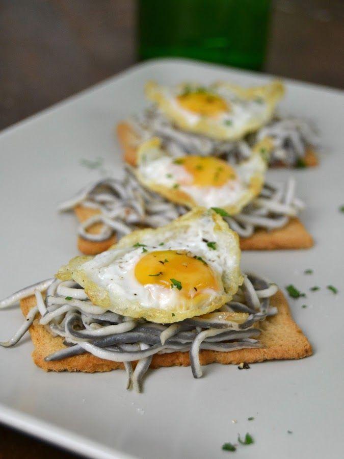 Tostas de gulas con huevo de codorniz