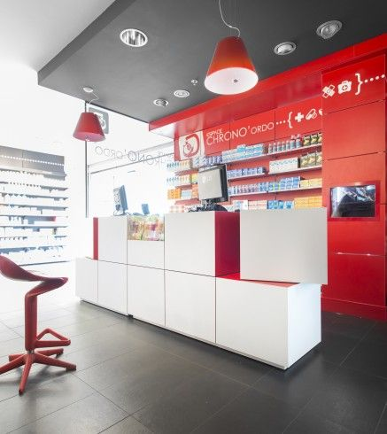 Pharmacie Daron à Limoges, France. Comptoir Pixel mis en scène.