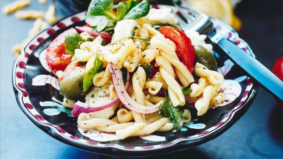 BRA Sallad med strozzapreti, tomat, fetaost och oliver
