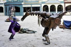 ruiter Emma (metaal) vecht tegen een graffer (metalen beest met een mens erin)
