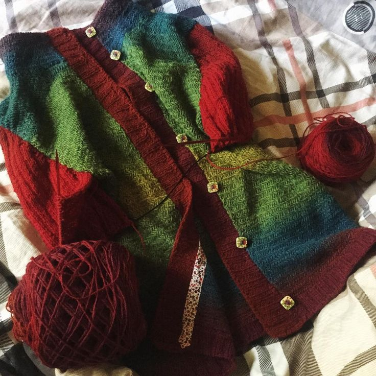 Чего-то самой стало интересно что получится 😂 Всем доброе утро! У меня сегодня постельный режим, так что есть шанс, что рукава будут двигаться шустро 😉 #вязание #ручнаяработа #вязаниеспицами #кауни #вяжутнетолькобабушки #knitpro #knitting #instaknit #handmade #woolyarn #knittingneedles #такявяжу #радужноесумасшествие #шерстянойэкстаз #клубокизвращенцев #шерстяная_рыбья_кость
