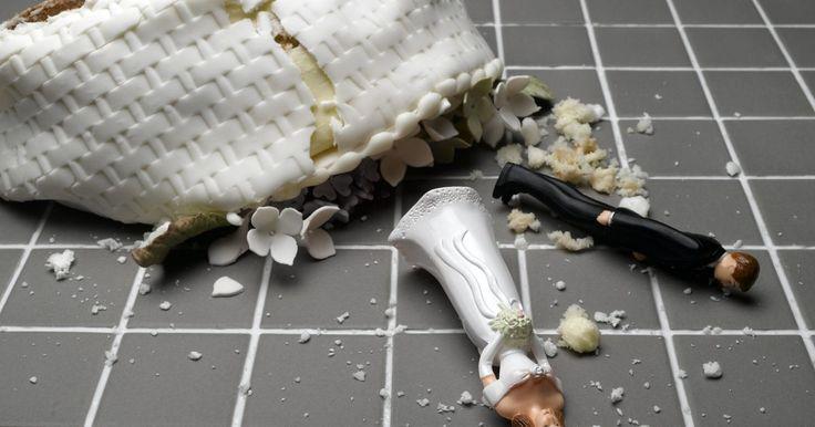 Como reconstruir sua vida após um divórcio. Poucas pessoas se casam pensando que podem um dia ter que enfrentar o divórcio. Para algumas, um divórcio pode pegá-las de surpresa quando um cônjuge de repente diz que é hora de se separar. Passar pelo processo de divórcio, queira você ou não, pode ser emocionalmente devastador. Pode ser difícil reunir os pedaços e seguir em frente com sua nova ...
