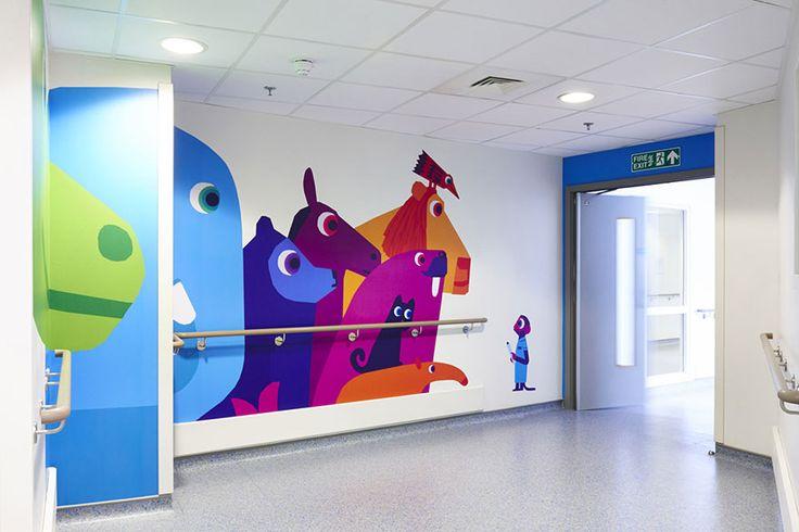 """Artistas colaboran para hacer mas agradable un hospital para los niños: """"En los pasillos se utilizó vinilo para recrear una reunión de animales de tamaño natural, incluyendo un dinosaurio asomándose desde el techo, todos ellos cuidados por un mono vestido de médico"""""""