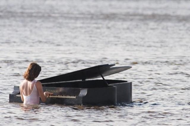 My two fave things : piano and the ocean