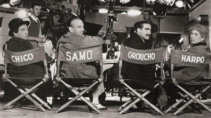 1935: Los hermanos Marx sentados durante la filmación de la película ...