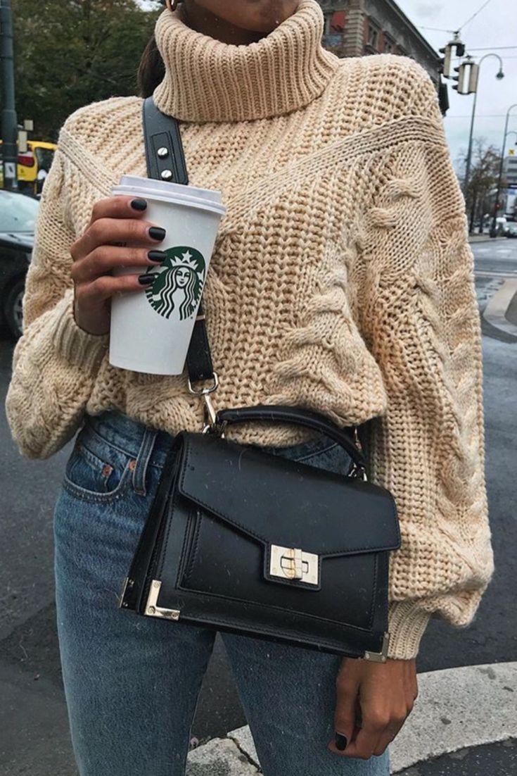 Mode femme tendance automne/hiver avec un jean et un pull épais beige col roul…