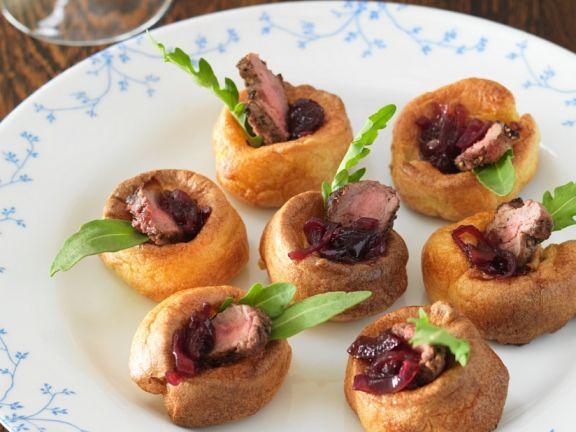 Kleine Yorkshire-Puddings mit Steak und Zwiebelsauce ist ein Rezept mit frischen Zutaten aus der Kategorie Pfannkuchen. Probieren Sie dieses und weitere Rezepte von EAT SMARTER!
