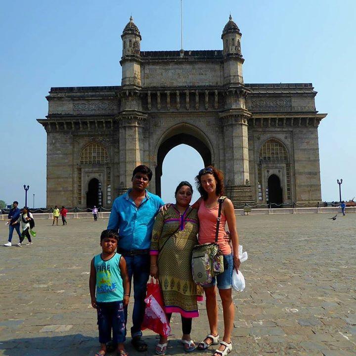 En we blijven maar poseren met verschillende mannen vrouwen en hele gezinnen! Uiteraard wil ik ook altijd een foto voor mezelf :) #Gateway #India #Mumbay #Tourist #Travel by jacomijn74 #Gateway_Of_India #Mumbai #Maharashtra #India