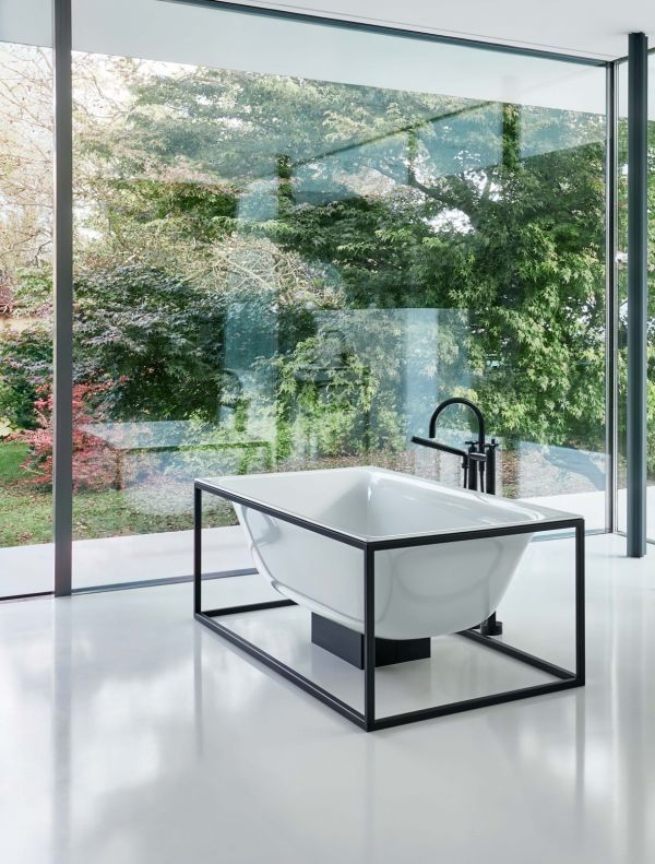 The powder-coated steel frames that support the BetteLux Shape baths and washbasins come in different colours, including white, black and roes gold. The frames emphasise the full beauty of the organic bath design. A specially designed overflow, together with other sophisticated details – such as the precise corners of the bath forming a flush finish with the edge of the frame – reinforce the idea of perfect minimalism.