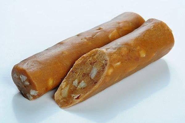 2 пачки печенья (со вкусом топленого молока) · 1 стакан грецких орехов, все измельчить. · 100 гр сливочного масла · 1 плитка шоколада (молочного)    сгущенное молоко вареное  Приготовление: Смешать все ингредиенты Сформировать в колбаски и в холод на ночь.