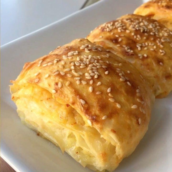 Pratik Börek Tarifi için Malzemeler 2 tane yufka 2 tane yumurta 3 yemek kaşığı yoğurt Yarım çay bardağı sıvı yağ İçi için; İstenilen börek içini hazırlayıp