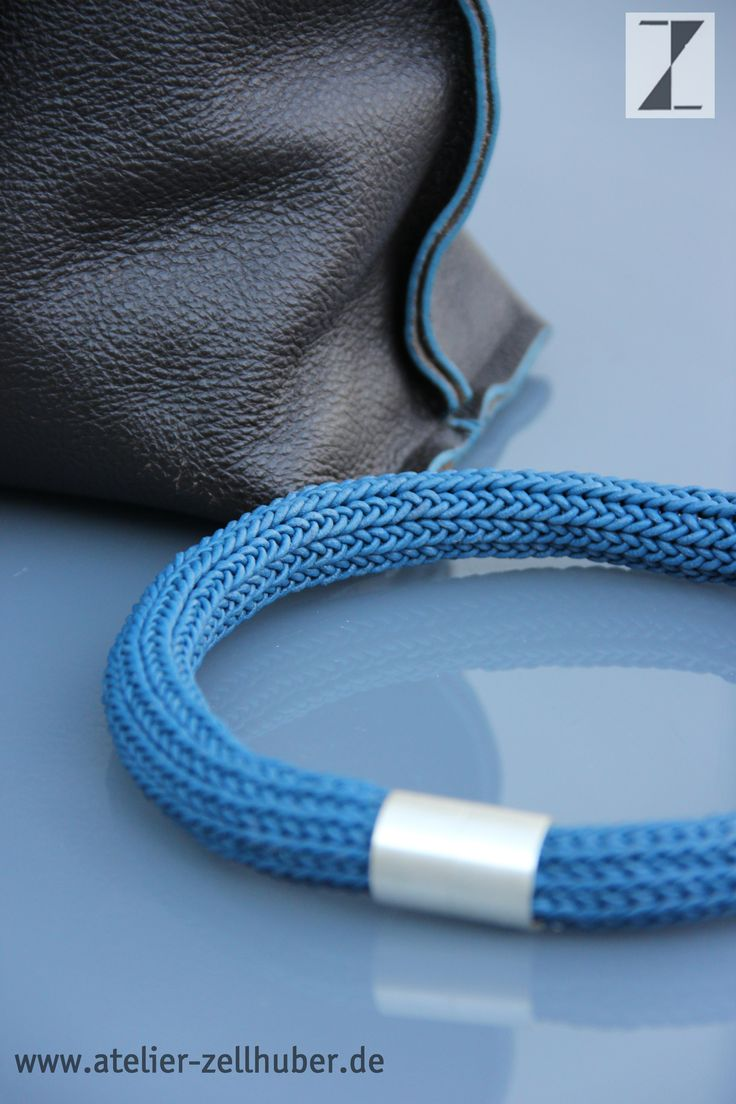 Collier Leder blau -Magnetverschluss Silber www.atelier-zellhuber.de #Strickschmuck #gestrickter Schmuck #Leder
