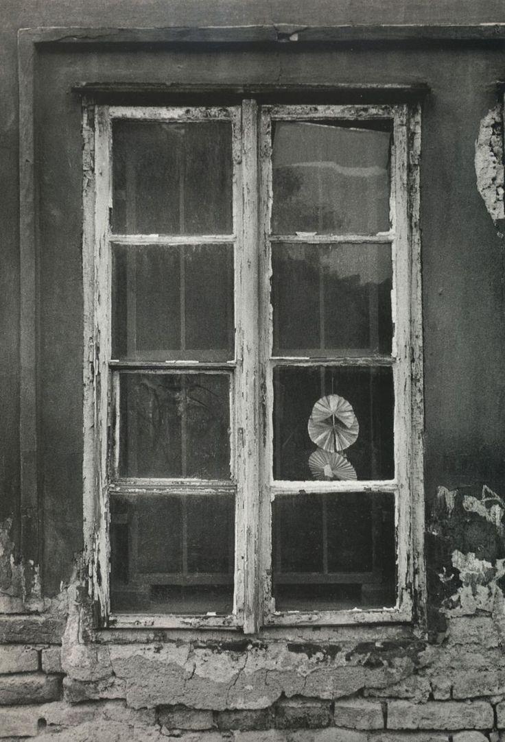 Jean Dieuzaide  //   La fenêtre de Josef Sudek à Prague, 1989
