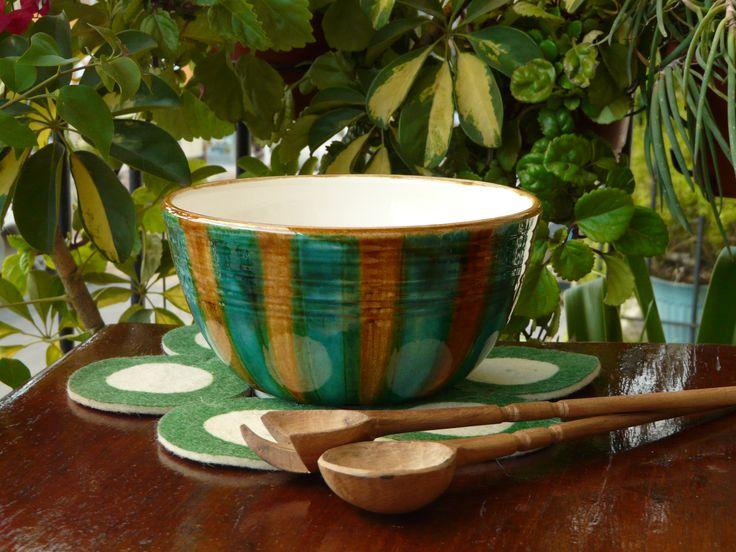 Ensaladera de cerámica. Cucharas de madera de palo santo talladas a mano. (Obra Inspiración Sustentable)