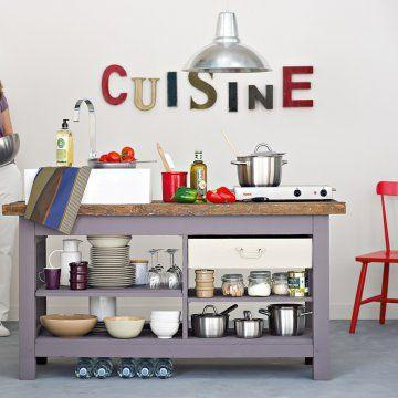 Cuisine avec un établi en bois peint en mauve et étagères  marieclairedees.com