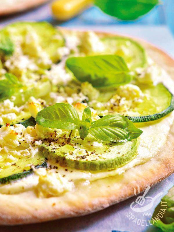 Pizza with zucchini and ricotta - La Pizza con zucchine e ricotta è una pietanza gustosissima che appaga il palato di chi ama gli accostamenti inusuali e originali. Da provare! #pizzaallezucchine #pizzaconricotta