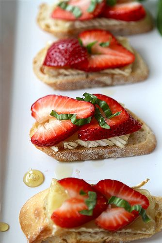 Crostini with Brie Cheese, Strawberries, Honey & Basil pairs well with Sutter Home White Zinfandel.