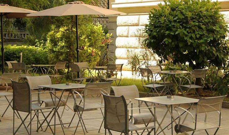 Μικρές πράσινες οάσεις στο κέντρο της πόλης για να απολαύσεις τον καφέ και το ποτό σου τις μέρες και τις νύχτες του καλοκαιριού.