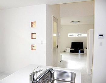 キッチンから、階段やリビングが見渡せる空間設計。ダイニングにはお洒落なガラスブロックで間接的な光を取り入れることが可能です。