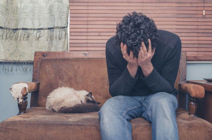Tratamiento para la depresión con EMDR La terapia EMDR El tratamiento EMDR (desensibilización y reprocesamiento por los movimientos oculares) para la depresión, tiene como objetivo central llevar a cabo una reacomodación en la memoria de las experiencias negativas. Estas son transformadas en experiencias de aprendizaje adaptativas. Este enfoque psicoterapéutico surge inicialmente como una herramienta eficaz en el