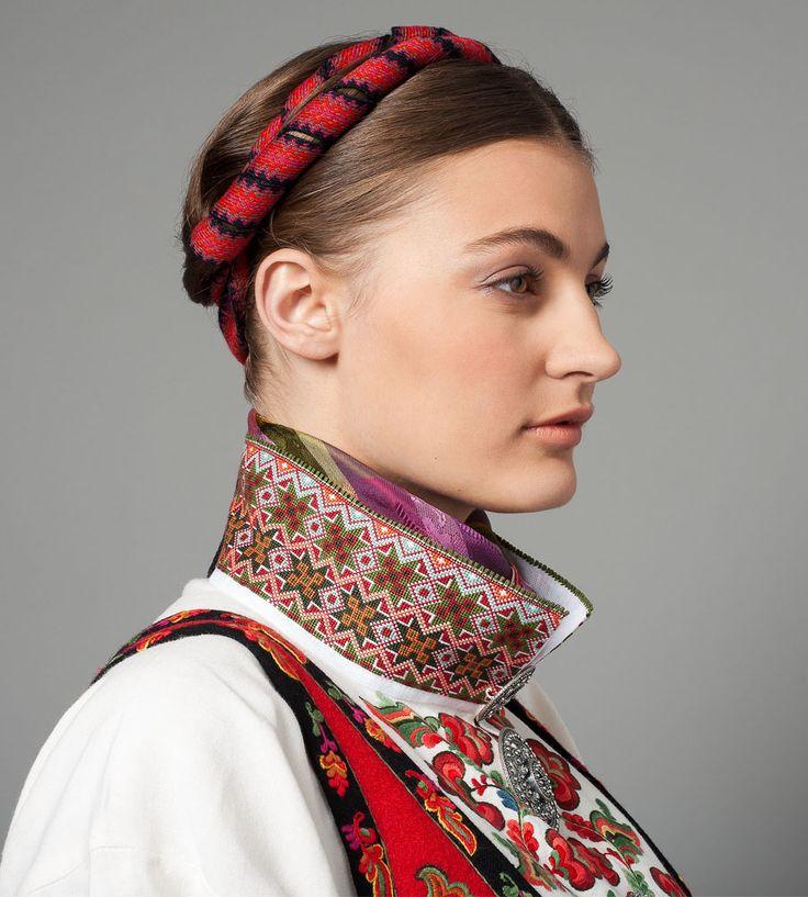 Bunad fra Øst-Telemark med ulike typer broderier og tradisjonell hårvippe.