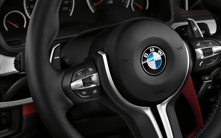 The M leather steering wheel with M Drive buttons in the BMW X5 M