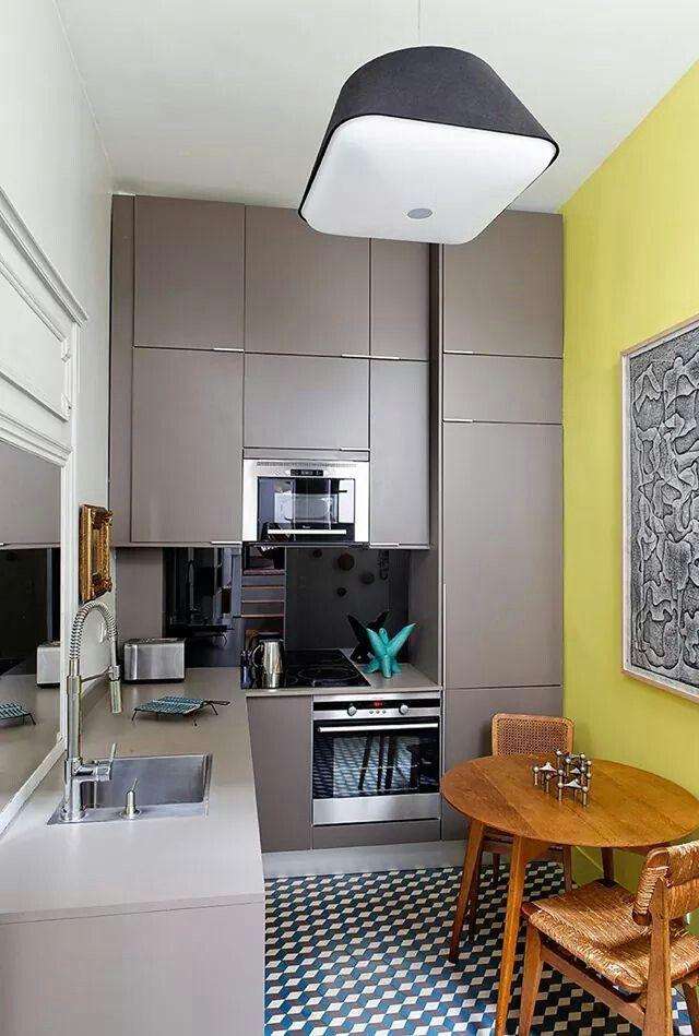 Cuisine contemporaine mur jaune en yellowcake de farrow for Appartement 40m2 design