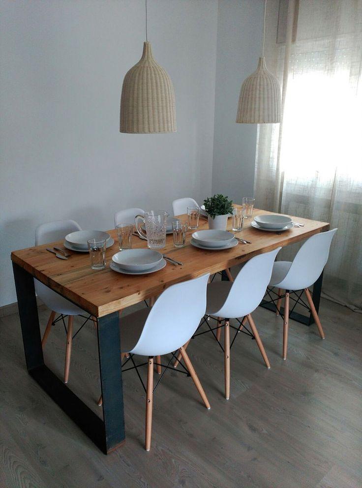 Excelente combinación, juego de sillas Eames y mesa de madera recuperada
