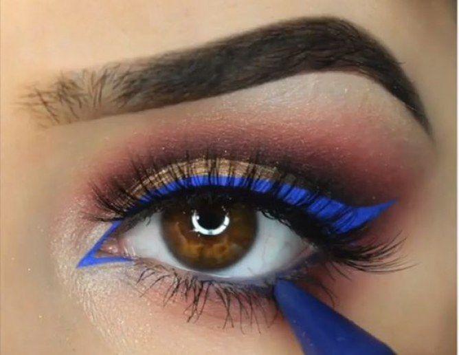 Un vent d'air frais souffle sur l'eye liner : et si vous optiez pour unt trait de maquillage bleu pop ?