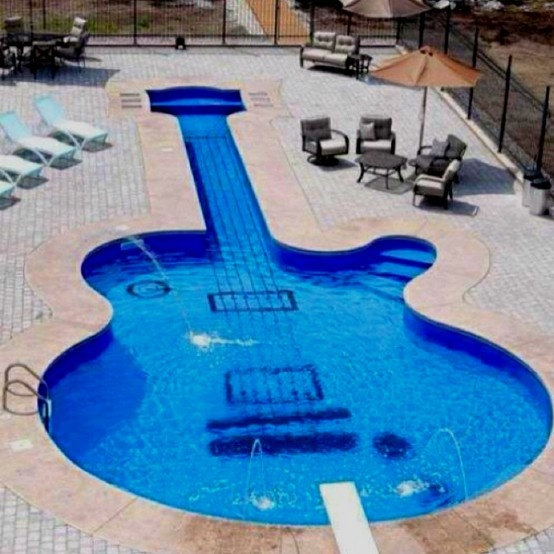 Zwembad voor gitaristen! Andrews dream pool. He would be in heaven