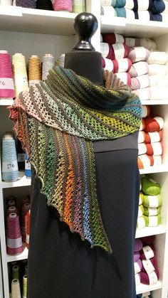 "châle ""Nymphalidea""             free pattern >>  http://www.knitty.com/ISSUEdf13/PATTnymphalidea.php"